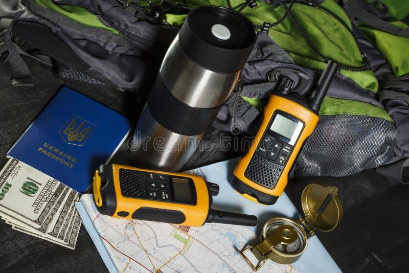 Σύνολο για τον τουρίστα: σακίδιο πλάτης, πυξίδα, walkie-talkie και χρήματα στοκ εικόνες