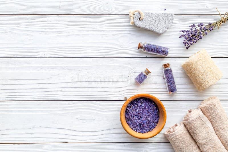 Σύνολο για foot spa με lavender Λουλούδια, άλας SPA, πέτρα ελαφροπετρών, σαπούνι στην άσπρη ξύλινη τοπ άποψη υποβάθρου copyspace στοκ εικόνες με δικαίωμα ελεύθερης χρήσης