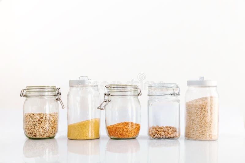 Σύνολο δημητριακών σε ένα βάζο γυαλιού σε ένα άσπρο υπόβαθρο, ρύζι chickp στοκ εικόνες