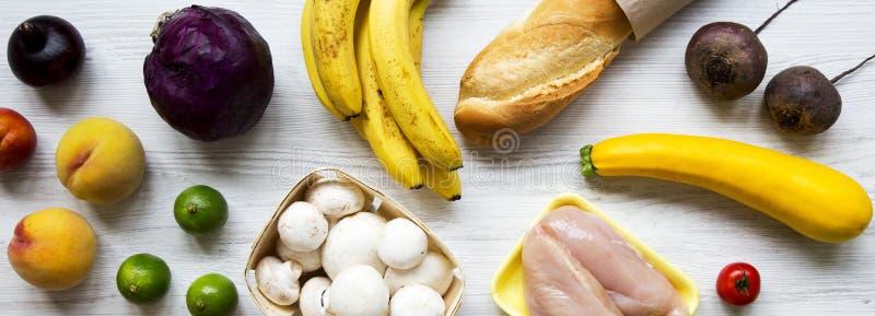 Σύνολο διάφορης οργανικής τροφής στο άσπρο ξύλινο υπόβαθρο, υπερυψωμένη άποψη Μαγειρεύοντας υπόβαθρο τροφίμων Έννοια υγιεινής δια στοκ φωτογραφία