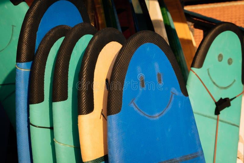 Σύνολο διαφορετικών μαλακών πινάκων κυματωγών χρώματος με το χαμόγελο για τα beginers σε έναν σωρό από τον ωκεανό πρεσών Ινδονησί στοκ εικόνα