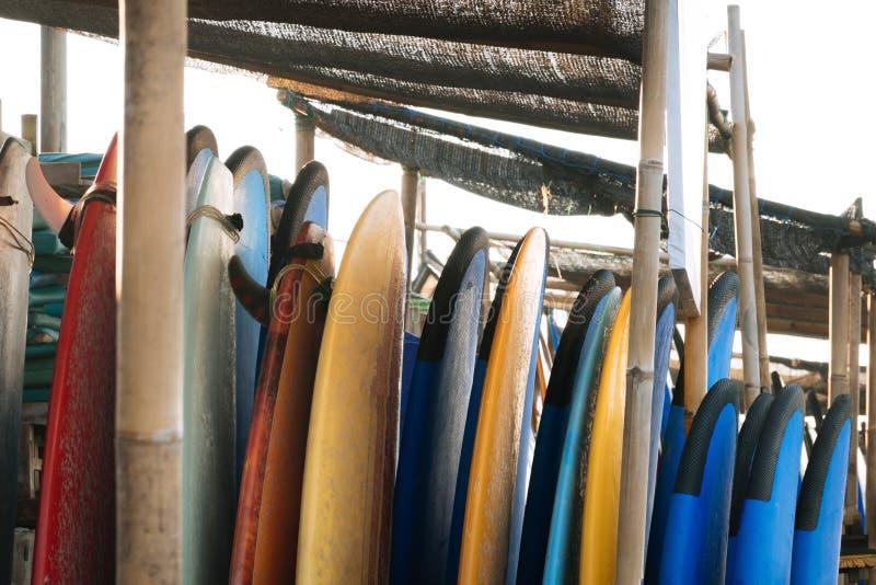 Σύνολο διαφορετικών πινάκων κυματωγών χρώματος σε έναν σωρό από τον ωκεανό πρεσών Ινδονησία Πίνακες κυματωγών στην αμμώδη παραλία στοκ εικόνα με δικαίωμα ελεύθερης χρήσης