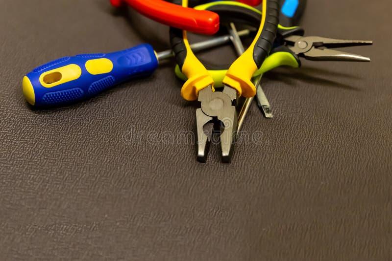 Σύνολο ειδικού εργαλείων χεριών στην επισκευή της κινηματογράφησης σε πρώτο πλάνο ηλεκτρικού εξοπλισμού σε ένα ουδέτερο γκρίζο υπ στοκ φωτογραφία με δικαίωμα ελεύθερης χρήσης
