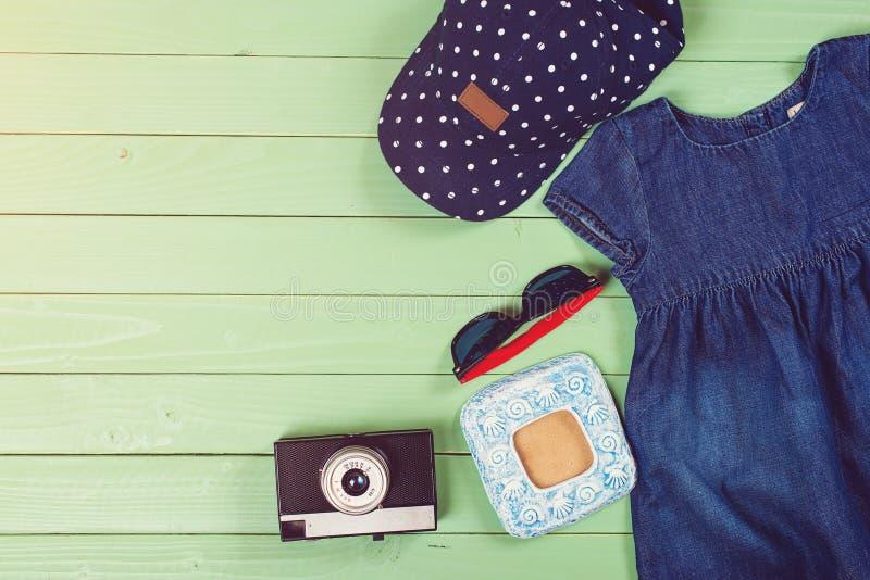 Σύνολο ενδυμάτων παιδιών ` s στο ξύλινο υπόβαθρο στοκ φωτογραφία με δικαίωμα ελεύθερης χρήσης