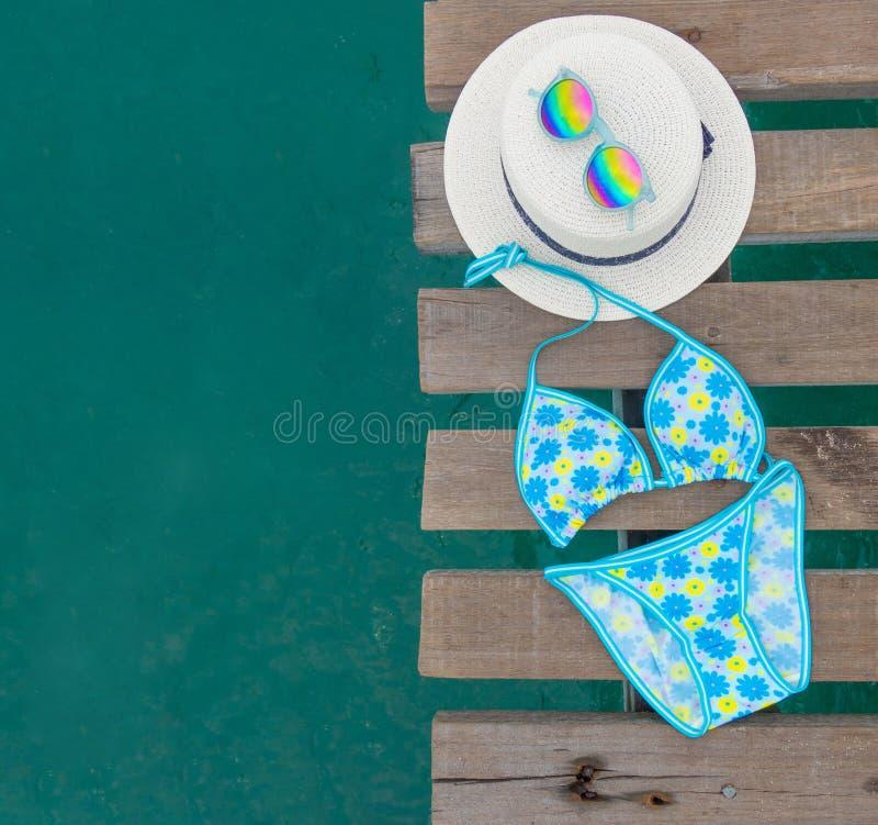 Σύνολο ενδυμάτων παραλιών Μπλε μπικίνι ζωηρόχρωμο με τα λουλούδια, καπέλο στοκ εικόνες με δικαίωμα ελεύθερης χρήσης
