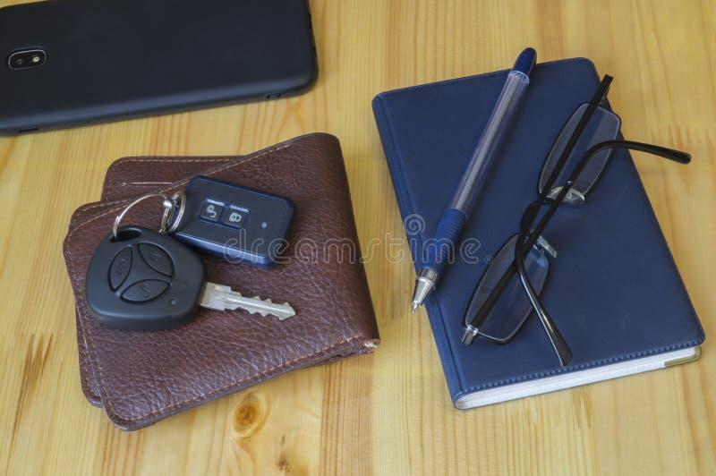 Σύνολο επιχειρησιακών πολυάσχολο ατόμων, τηλέφωνο κυττάρων, κλειδιά αυτοκινήτων στοκ φωτογραφία
