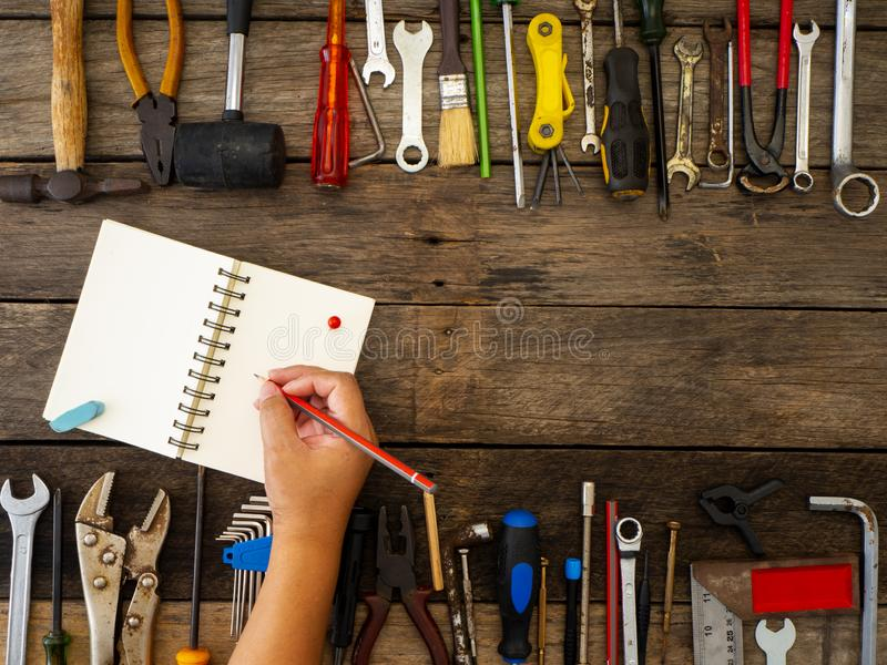 Σύνολο εργαλείων και οργάνων στο ξύλινο υπόβαθρο στοκ εικόνες με δικαίωμα ελεύθερης χρήσης