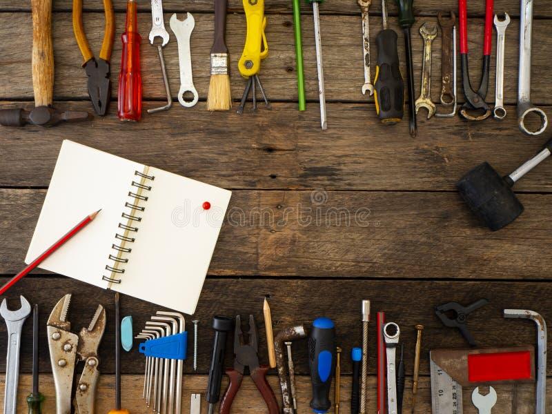 Σύνολο εργαλείων και οργάνων στο ξύλινο υπόβαθρο στοκ εικόνες
