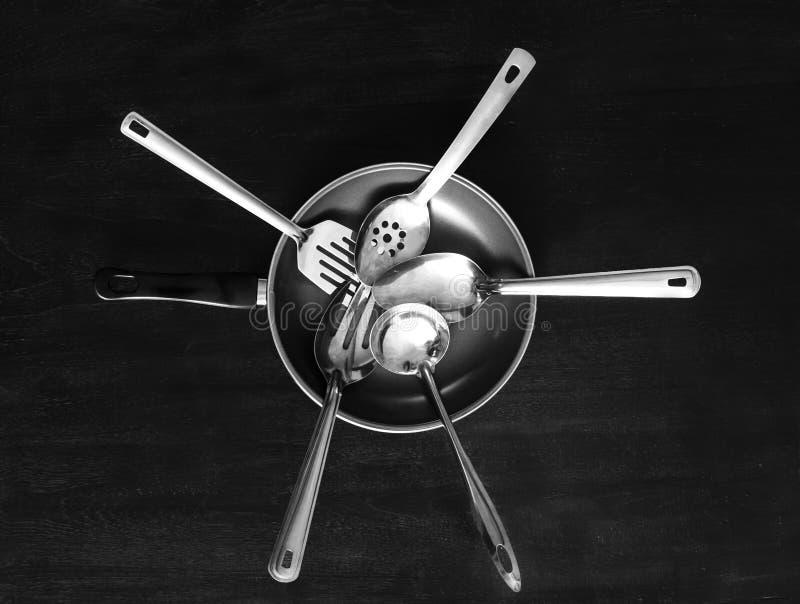 Σύνολο εργαλείων κουζινών μετάλλων και τηγανίζοντας τηγανιού στοκ φωτογραφία με δικαίωμα ελεύθερης χρήσης
