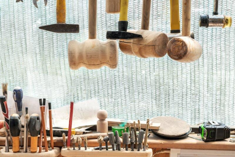Σύνολο εργαλείων ξυλουργικής κινηματογραφήσεων σε πρώτο πλάνο Διαφορετικά σφυριά, countersink σαλιασμάτων rasp-αρχείων εξάρτηση Έ στοκ εικόνες με δικαίωμα ελεύθερης χρήσης