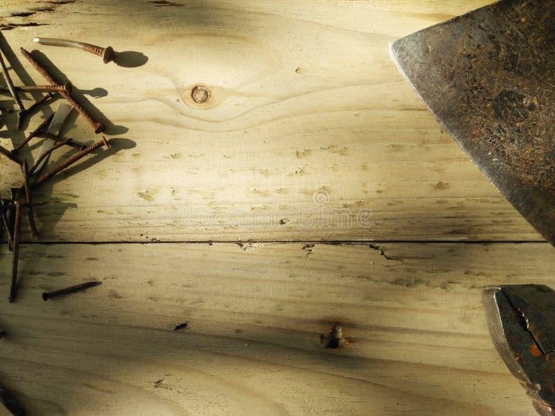 Σύνολο εργαλείων ξυλουργών ` s Υπόβαθρο πραγματικής δουλειάς Πένσες, παλαιά σκουριασμένα καρφιά και τσεκούρι στοκ εικόνα με δικαίωμα ελεύθερης χρήσης