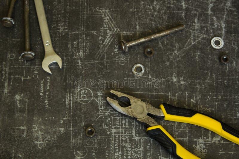 Σύνολο εργαλείων πενσών, γαλλικών κλειδιών, μπουλονιών και καρυδιών στην αφηρημένη γκρίζα επιφάνεια στοκ φωτογραφίες με δικαίωμα ελεύθερης χρήσης