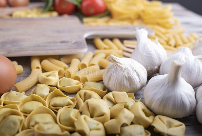 Σύνολο ζυμαρικών, λαχανικά, σκόρδο, ιταλικά συστατικά εστιατορίων, τέμνων πίνακας στοκ φωτογραφία με δικαίωμα ελεύθερης χρήσης