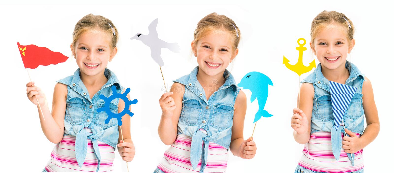 Σύνολο ζωηρόχρωμων παιχνιδιών μικρών κοριτσιών holdind στα ραβδιά που απομονώνεται στοκ εικόνες