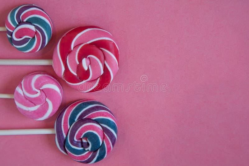 Σύνολο ζωηρόχρωμων lollipops που απομονώνονται στο ρόδινο υπόβαθρο στοκ εικόνες με δικαίωμα ελεύθερης χρήσης