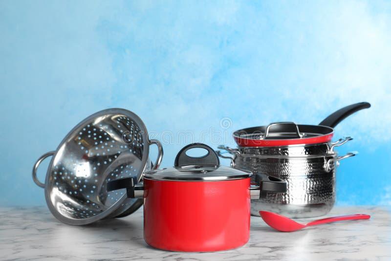 Σύνολο καθαρού cookware στον πίνακα στο κλίμα χρώματος στοκ φωτογραφία με δικαίωμα ελεύθερης χρήσης
