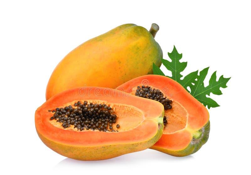 Σύνολο και τα μισά από τα ώριμα papaya φρούτα με το πράσινο φύλλο που απομονώνονται στοκ φωτογραφία