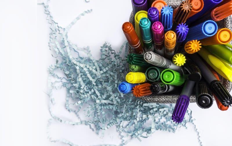 Σύνολο καλαθιών κατόχων των μολυβιών και των στυλών που απομονώνονται στο άσπρο υπόβαθρο στοκ φωτογραφία