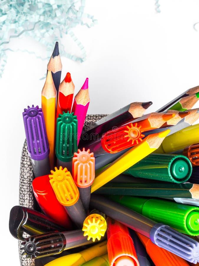 Σύνολο καλαθιών κατόχων των μολυβιών και των στυλών που απομονώνονται στο άσπρο υπόβαθρο στοκ φωτογραφία με δικαίωμα ελεύθερης χρήσης