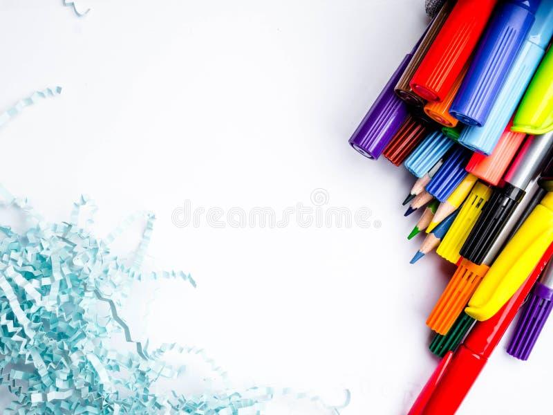 Σύνολο καλαθιών κατόχων των μολυβιών και των στυλών που απομονώνονται στο άσπρο υπόβαθρο στοκ εικόνα με δικαίωμα ελεύθερης χρήσης