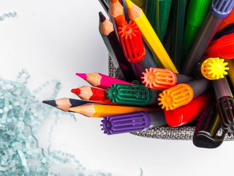 Σύνολο καλαθιών κατόχων των μολυβιών και των στυλών που απομονώνονται στο άσπρο υπόβαθρο στοκ εικόνες