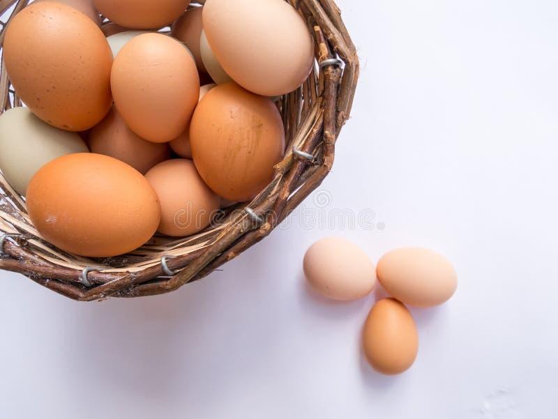 Σύνολο καλαθιών των αυγών σε έναν άσπρο πίνακα με τρία αυγά έξω από το καλάθι r στοκ φωτογραφία με δικαίωμα ελεύθερης χρήσης