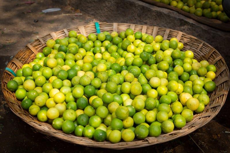 Σύνολο καλαθιών των λεμονιών και των ασβεστών σε μια αγορά τροφίμων στην Ινδία στοκ εικόνες