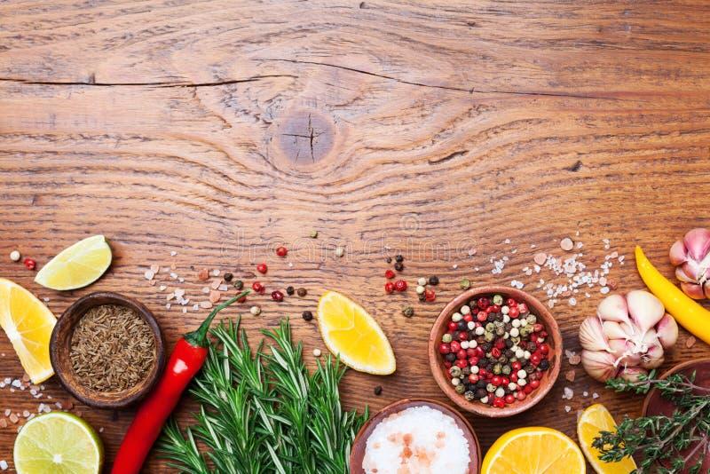 Σύνολο καρυκευμάτων και φρέσκου δεντρολιβάνου στην ξύλινη άποψη επιτραπέζιων κορυφών κουζινών Συστατικά για το μαγείρεμα τρόφιμα  στοκ εικόνες