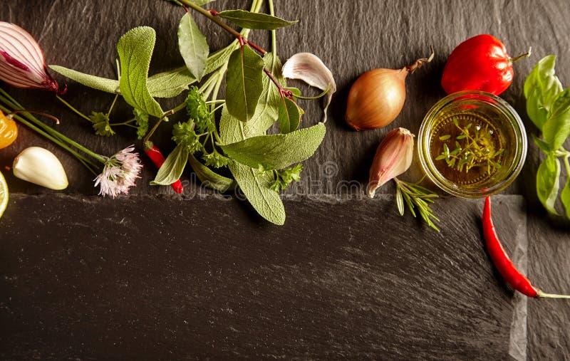 Σύνολο καρυκευμάτων και χορταριών στο σχεδιάγραμμα κουζινών στοκ εικόνες