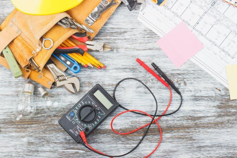 Σύνολο κατασκευαστικών εργαλείων, σχεδίων και πολυμέτρου στοκ φωτογραφίες με δικαίωμα ελεύθερης χρήσης