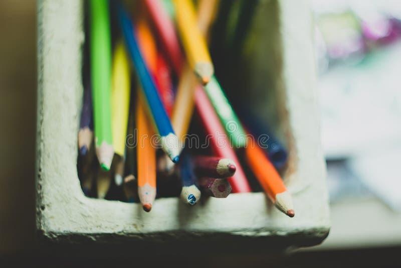 Σύνολο κατόχων μολυβιών αργίλου των ζωηρόχρωμων μολυβιών στοκ εικόνες με δικαίωμα ελεύθερης χρήσης