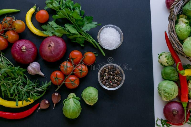 Σύνολο καυτών πιπεριών τσίλι, ντομάτες λάχανων και κερασιών Πιπέρια του κόκκινου και πράσινου χρώματος από τα μούρα ντοματών πικά στοκ φωτογραφίες με δικαίωμα ελεύθερης χρήσης