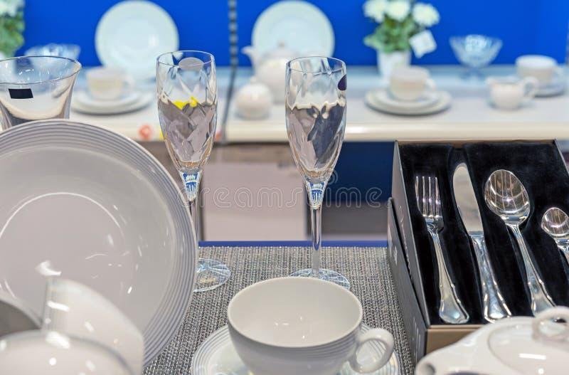 Σύνολο κεραμικών πιάτων και γυαλιών γυαλιού στην προθήκη στοκ εικόνες με δικαίωμα ελεύθερης χρήσης