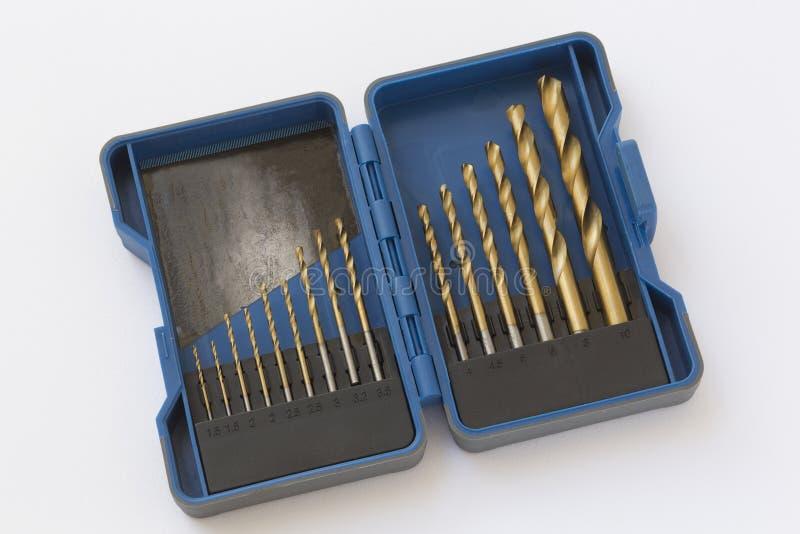 Σύνολο κομματιών τρυπανιών μετάλλων στο μπλε κιβώτιο διανυσματική απεικόνιση