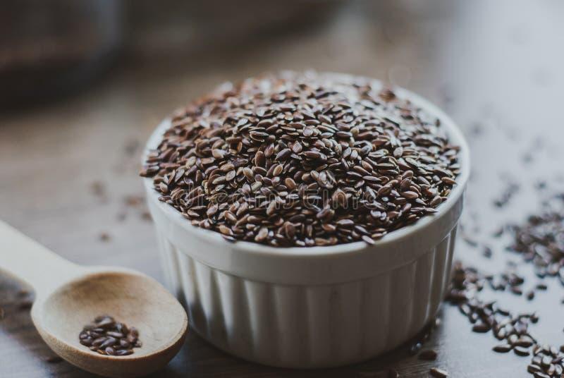 Σύνολο κύπελλων καφετιού flaxseed ή του λιναρόσπορου στοκ εικόνα