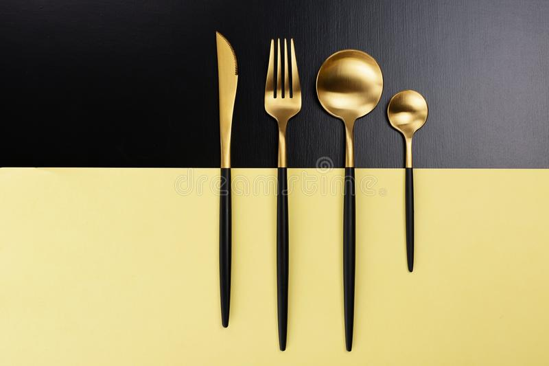 Σύνολο μαύρων και χρυσών μαχαιροπήρουνων στοκ εικόνα με δικαίωμα ελεύθερης χρήσης