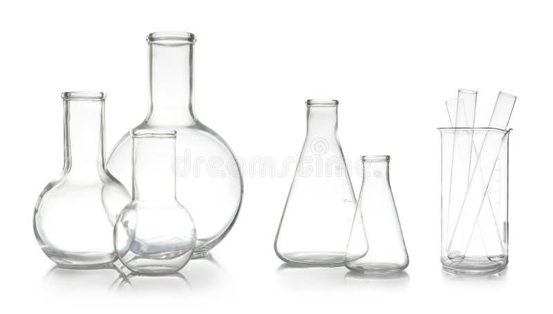 Σύνολο με τα διαφορετικά κενά εργαστηριακά γυαλικά στοκ εικόνα
