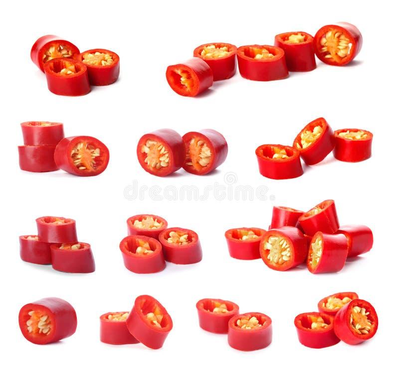Σύνολο με τα φρέσκα κόκκινα πιπέρια τσίλι περικοπών στο άσπρο υπόβαθρο στοκ εικόνες