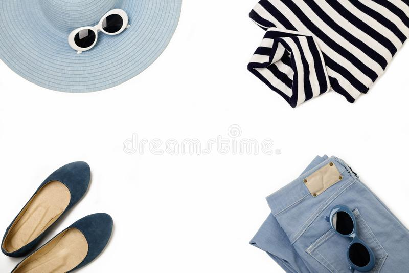 Σύνολο μόδας μπλε καπέλου, τζιν, ριγωτό πουλόβερ, παπούτσια και τραγουδημένος στοκ φωτογραφίες