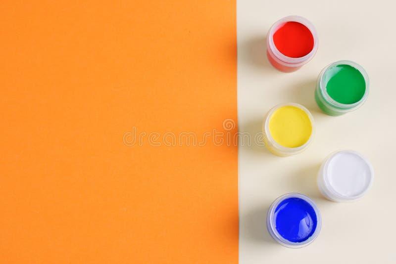 Σύνολο πέντε χρωμάτων γκουας στο διπλός-χρωματισμένο υπόβαθρο στοκ εικόνες με δικαίωμα ελεύθερης χρήσης