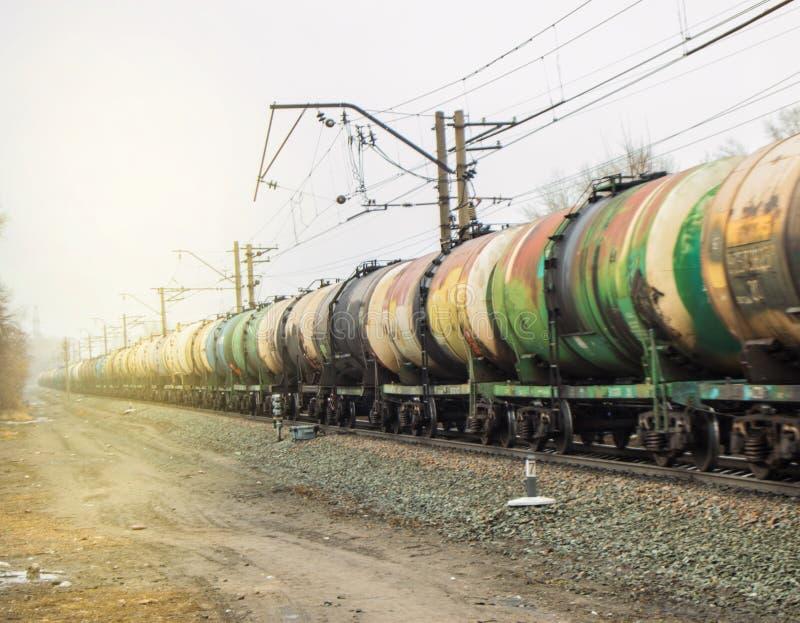 Σύνολο παλαιών δεξαμενών για τη μεταφορά πετρελαίου και καυσίμων με το τραίνο στοκ εικόνα