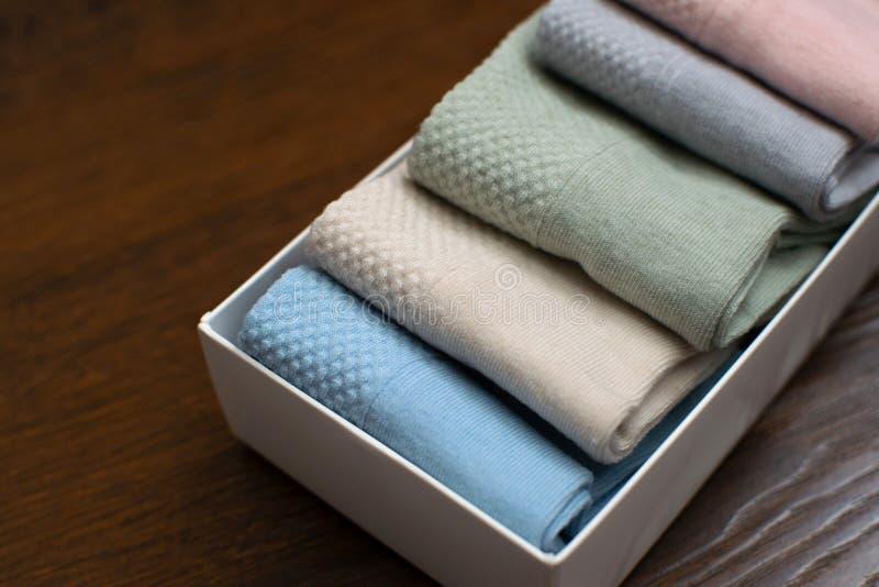 Σύνολο περιστασιακών καλτσών των διαφορετικών χρωμάτων στο κιβώτιο δώρων στοκ εικόνα