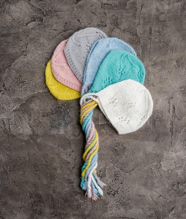 Σύνολο πλεκτών προσφορά καπέλων για νεογέννητο στοκ εικόνα