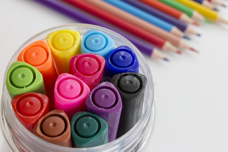 Σύνολο πολύχρωμων μανδρών δεικτών, πολύς ζωηρόχρωμος που θολώνεται pensils στο υπόβαθρο Σχέδιο τέχνης σχεδίων γραφείων και σχολεί στοκ εικόνες