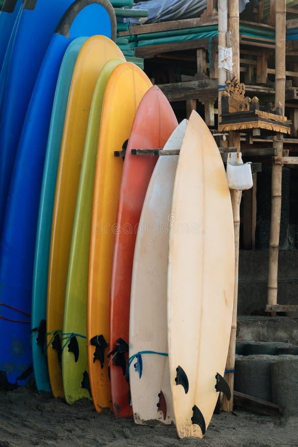 Σύνολο πολύχρωμων πινάκων κυματωγών σε έναν σωρό από τον ωκεανό πρεσών Ινδονησία Πίνακες κυματωγών στην αμμώδη παραλία για το μίσ στοκ εικόνες με δικαίωμα ελεύθερης χρήσης