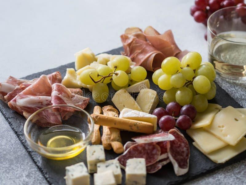 Σύνολο πρόχειρων φαγητών κρασιού τυριών και κρέατος Ποικιλία του τυριού, του σαλαμιού, του prosciutto, των ραβδιών ψωμιού, του με στοκ φωτογραφίες