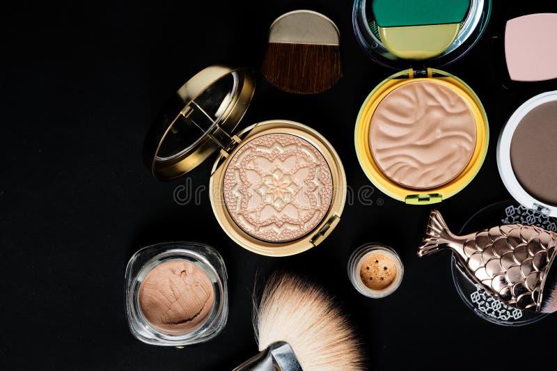 Σύνολο σκόνης χαλκού με τις βούρτσες makeup στο μαύρο υπόβαθρο στοκ εικόνα με δικαίωμα ελεύθερης χρήσης