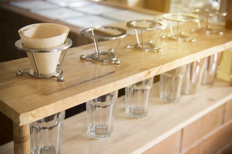 Σύνολο σταλαγματιάς καφέ συσκευές παρασκευής καφέ στον ξύλινο φραγμό στη καφετερία στοκ εικόνες με δικαίωμα ελεύθερης χρήσης
