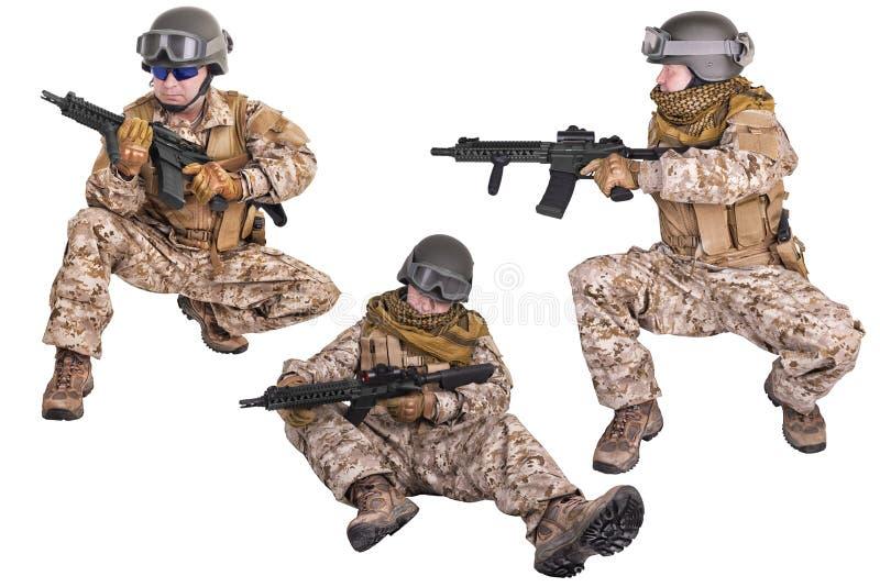 Σύνολο στρατιωτικών στρατιωτών σε ομοιόμορφο, έτοιμο να παλεψει Απομονωμένος στο λευκό στοκ εικόνα