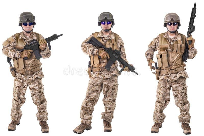 Σύνολο στρατιωτικών στρατιωτών στα ενδύματα κάλυψης, που απομονώνεται στο άσπρο υπόβαθρο στοκ εικόνα